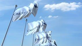 Wellenartig bewegende Flaggen mit Credit Suisse-Logo gegen Himmel, redaktionelle Wiedergabe 3D Stockfotografie
