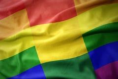 Wellenartig bewegende Flaggenfahne des homosexuellen Stolzes Bolivien-Regenbogens Stockfoto