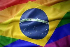 Wellenartig bewegende Flaggenfahne des homosexuellen Stolzes Brasilien-Regenbogens Stockfotografie