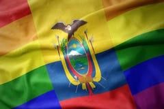 Wellenartig bewegende Flaggenfahne des homosexuellen Stolzes Ecuador-Regenbogens Lizenzfreie Stockbilder