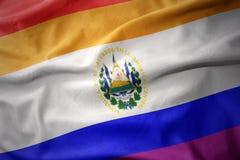 Wellenartig bewegende Flaggenfahne des homosexuellen Stolzes El Salvador Regenbogens Stockfotografie