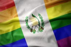 Wellenartig bewegende Flaggenfahne des homosexuellen Stolzes Guatemala-Regenbogens Lizenzfreie Stockfotos