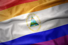 Wellenartig bewegende Flaggenfahne des homosexuellen Stolzes Nicaragua-Regenbogens Lizenzfreies Stockbild