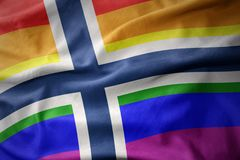 Wellenartig bewegende Flaggenfahne des homosexuellen Stolzes Norwegen-Regenbogens Stockbild
