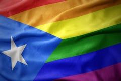 Wellenartig bewegende Flaggenfahne des homosexuellen Stolzes Puerto- Ricoregenbogens Stockfotos