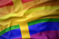 Wellenartig bewegende Flaggenfahne des homosexuellen Stolzes Schweden-Regenbogens Lizenzfreie Stockbilder