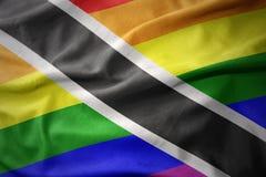 Wellenartig bewegende Flaggenfahne des homosexuellen Stolzes Trinidad- and Tobagoregenbogens Stockbild