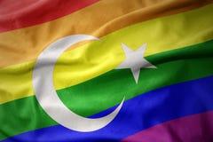 Wellenartig bewegende Flaggenfahne des homosexuellen Stolzes des Truthahnregenbogens Lizenzfreie Stockbilder