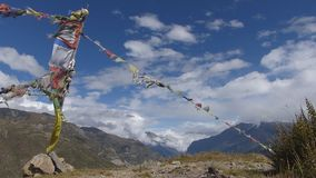 Wellenartig bewegende Gebetsflaggen in Nepal stock footage