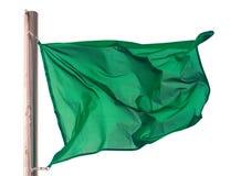 Wellenartig bewegende grüne Flagge über Weiß Stockfoto
