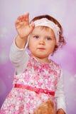 Wellenartig bewegende Hand des entzückenden Babys Stockfotografie