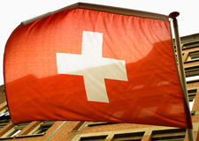 Wellenartig bewegende Schweizer Flagge auf dem Wind Stockfotos
