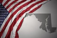 Wellenartig bewegende Staatsflagge von Staaten von Amerika auf einem grauen Maryland geben Kartenhintergrund an Stockfotografie