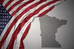 Wellenartig bewegende Staatsflagge von Staaten von Amerika auf einem grauen Minnesota geben Kartenhintergrund an stockfotos