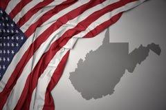 Wellenartig bewegende Staatsflagge von Staaten von Amerika auf einem grauen West Virginia geben Kartenhintergrund an lizenzfreie stockfotos
