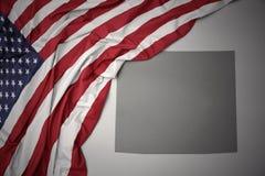 Wellenartig bewegende Staatsflagge von Staaten von Amerika auf einem grauen Wyoming geben Kartenhintergrund an Stockfoto