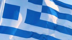 Wellenartig bewegender griechischer Flaggen-Abschluss oben stock video