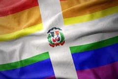 Wellenartig bewegender homosexueller Stolz des Regenbogens der Dominikanischen Republik kennzeichnen Fahne Stockfoto