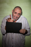 Wellenartig bewegender Mann im Mugshot Lizenzfreies Stockfoto