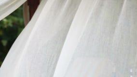 Wellenartig bewegender Vorhang in der Brise stock video