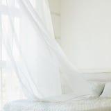 Wellenartig bewegender Vorhang im Schlafzimmer stockfotografie