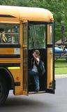Wellenartig bewegendes Einsteigen des Jungen in Bus Lizenzfreie Stockfotografie