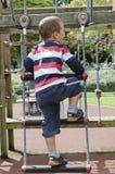 Wellenartig bewegendes Kind am Spielplatz Lizenzfreies Stockfoto