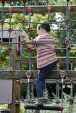 Wellenartig bewegendes Kind am Spielplatz Lizenzfreie Stockfotos