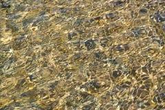 Wellenartig bewegtes Wasser im Becken Stockbild