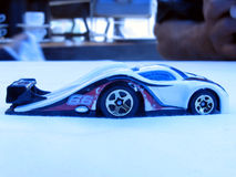 Wellenartig bewogenes Spielzeugauto lizenzfreies stockbild
