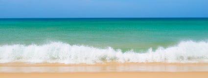 Wellenbrechen lizenzfreie stockbilder