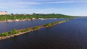 Wellenbrecher auf dem Fluss stock video