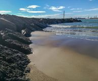 Wellenbrecher auf dem Strand stockfoto