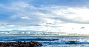 Wellenbrecher auf Seyshelles Stockfoto