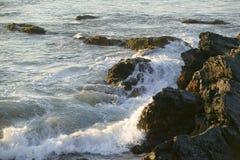 Wellenbrecher bei Cliff Walk, Cliffside-Villen von Newport Rhode Island Stockfoto