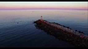 Wellenbrecher bei Sonnenuntergang stock video footage