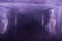 Wellenbrecher im Abwasserkanal Großer konkreter Tunnel Stockbild