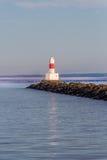 Wellenbrecher-Leuchtturm an der Dämmerung lizenzfreie stockfotografie