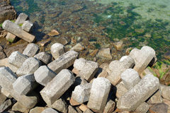 Wellenbrecher mit Betonblöcken Stockfotografie