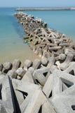 Wellenbrecher mit Betonblöcken Stockbilder