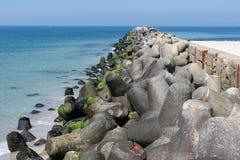 Wellenbrecher mit konkreten tetrapods an deutscher Insel Düne nahe er Stockbild