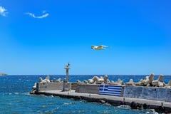 Wellenbrecher mit Leuchtturm auf Kreta Lizenzfreie Stockfotografie