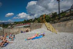 Wellenbrecher am Strand Stockbilder