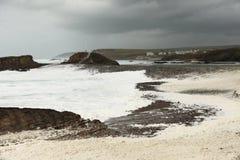 Wellenbrecher und Sturm Bude Cornwall Stockfotos