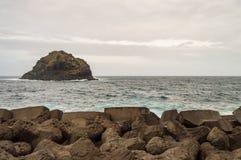 Wellenbrecherwand mit einer kleinen Insel an einem mausade Temp auf dem coa stockfotografie