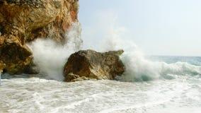 Wellenbremsen auf Felsen Stockbilder