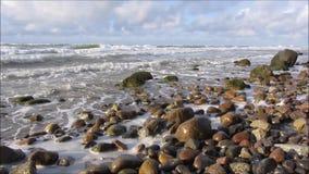 Wellenbruch mit spritzt über Steine stock footage