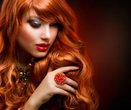 Wellenförmiges rotes Haar lizenzfreies stockfoto