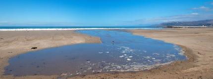 Wellengezeitenüberlauf in Gezeitenpool auf Surfer-Hügelstrand in Ventura California USA lizenzfreie stockbilder