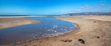 Wellengezeitenüberlauf in Gezeitenpool auf Surfer-Hügelstrand in Ventura California USA lizenzfreie stockfotos